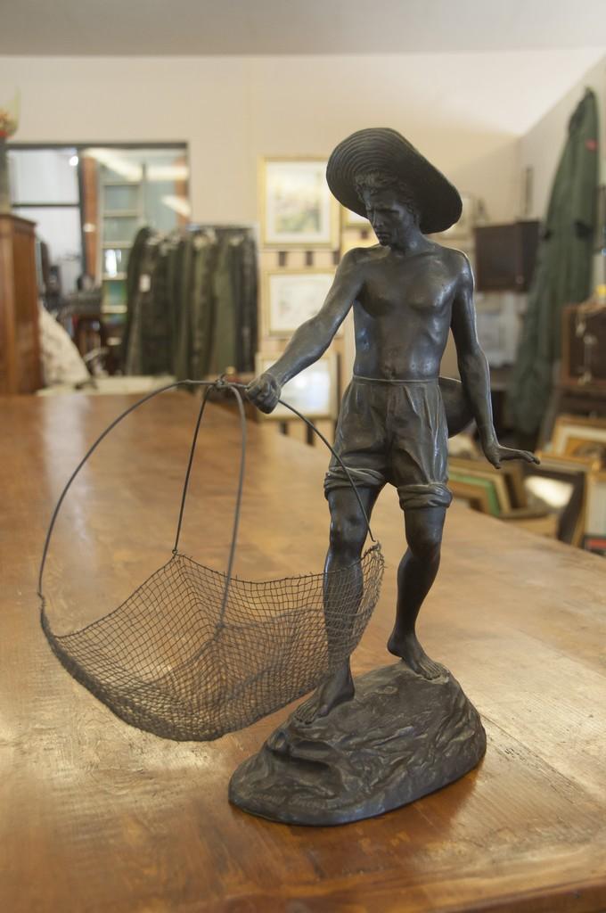 Art. COL 6 - Pescatore con rete. Scultura in bronzo di Ettore Ximenes Firenze 1870/180