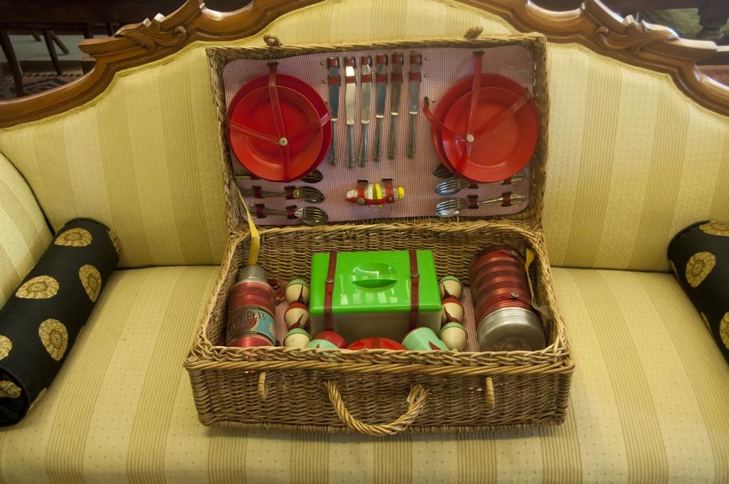 Art. COL7 - Valigia da picnic anni 50', valigia in vimini e componenti in plastica e metallo