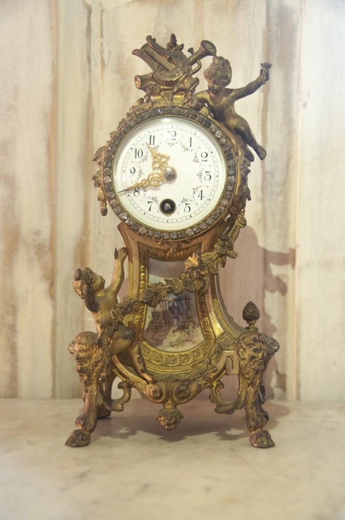 APendolo/Orologio da tavolo Luigi XVI. Scultura in bronzo dorato al mercurio con placca e quadrante in porcellana di Sèvres