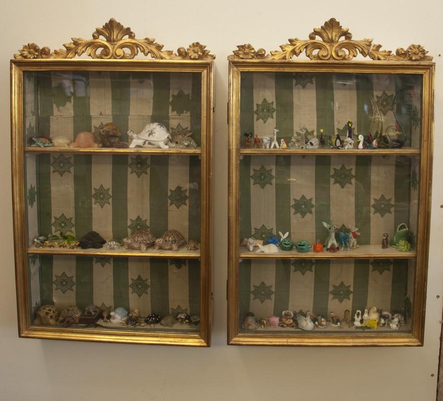 Art. VET6 - Coppia di vetrinette a muro, laccate e dorate di epoca e stile Luigi Filippo, Firenze 1860/70