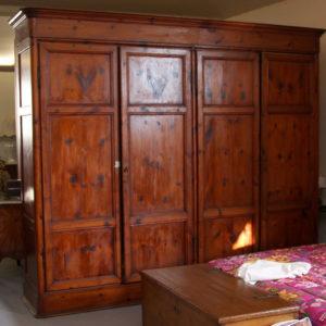 Art. ARM. 1 - Grande armadio in legno di pino con 4 sportelli e 4 cassetti interni