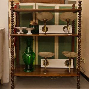 Art.CNS.3 - Etagere francese in legno di noce massello, colonne a tortiglione con terminali a coppa