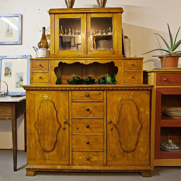 Art.CR.3 - Credenza con sopra di area tirolese fine 800, in legno di abete, 2 sportelli e 5 cassetti nella parte credenza