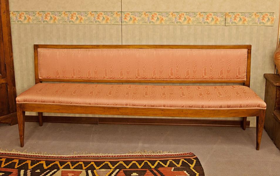 Art.DD8 - Uno di 5 divanetti da teatro in legno di ciliegio. Gambe e larghezze sono diverse. Profondità (40 cm) e altezza (85 cm) restano sempre uguali