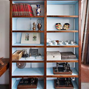 Art.LIB.5 - 2 di 5 librerie/scaffalatura in legno di abete, Ferrara, metà '800 circa. Le due restaurate Misurano: 180/212 x 35 x h 250 cm.