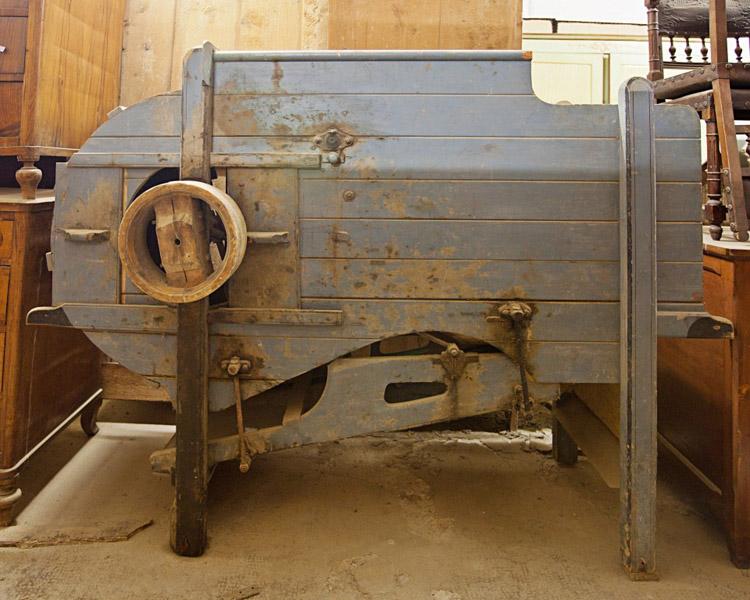 Art.MMA.7 - Ventilatrice di semi: macchinario in legno con meccanismo metallico che serviva per separare i chicchi di cereali dalle proprie bucce