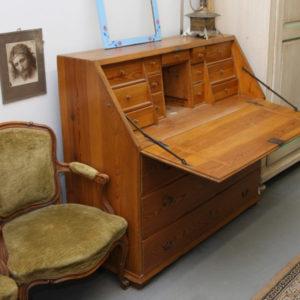 Art.RS.2 - Ribalta 700 in legno di larice, 3 grandi cassetti a battuta, piano a calatoia con ferramenta originale che contiene al suo interno 13 cassetti e 1 vano