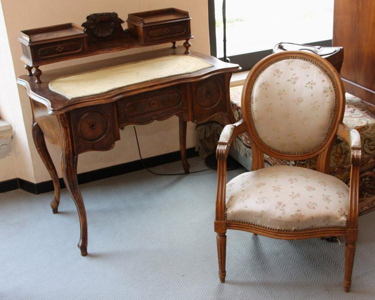 Art.SC.3 - Piccola scrivania Luigi Filippo a 3 cassetti con alzata. Area Tosco-ligure, legno di noce, 1850/60 circa