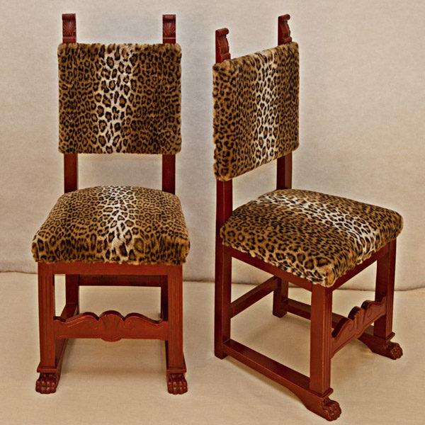Art.SE.5 - Coppia di sedie neo rinascimentali in legno di noce smaltato rosso. Toscana fine 800,rivestite con tessuto Etro.