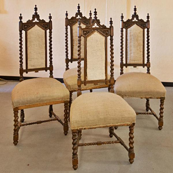 Art.SE.8 - Gruppo di 4 sedie neogotiche in legno di noce, Restaurate, Toscana, seconda metà '800.