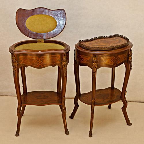 Art.TDG.3 - Coppia di tavolini da lavoro, Napoleone 3°, in legno di mogano con intarsi in legno di rosa, palissandro e limone. Bronzi a patina scura. Francia, seconda metà 800