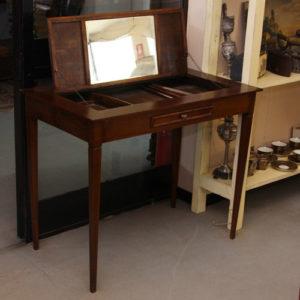 Art.TOE.1 - Toeletta da camera con piano/specchiera chiudibile e cassetto portagioie. Legno di noce, Toscana inizi 900.