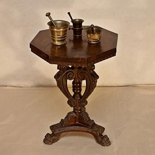 Art.TSA.6 - Tavolino neo rinascimentale da salotto in legno di noce massello. Toscana fine 800. Piano ottagonale con cornice sottopiano unghiata.