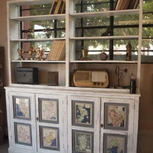 Art. LIB7 - Libreria 1930c.a. in legno di pioppo, 4 sportelli con 8 formelle occupate da stampe di regioni italiane
