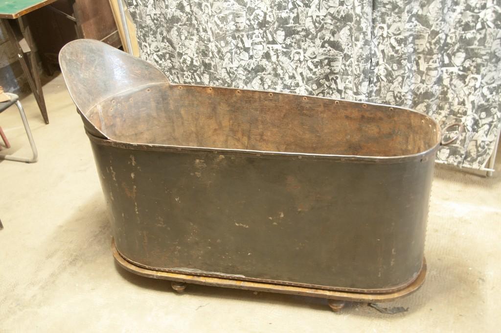 Art. MIS118 - Antica vasca da bagno in ferro battuto e rivettato a mano con basamento di legno